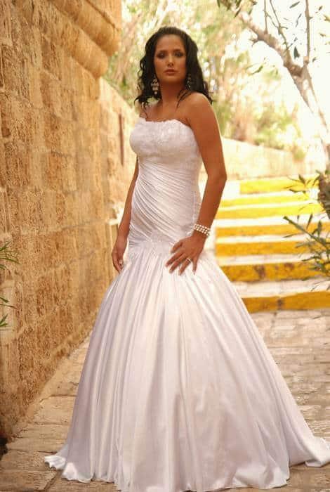 שמלת כלה צמודה עם כתפיים חשופות