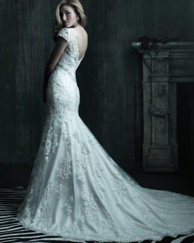 שמלת כלה רומנטית עם שובל