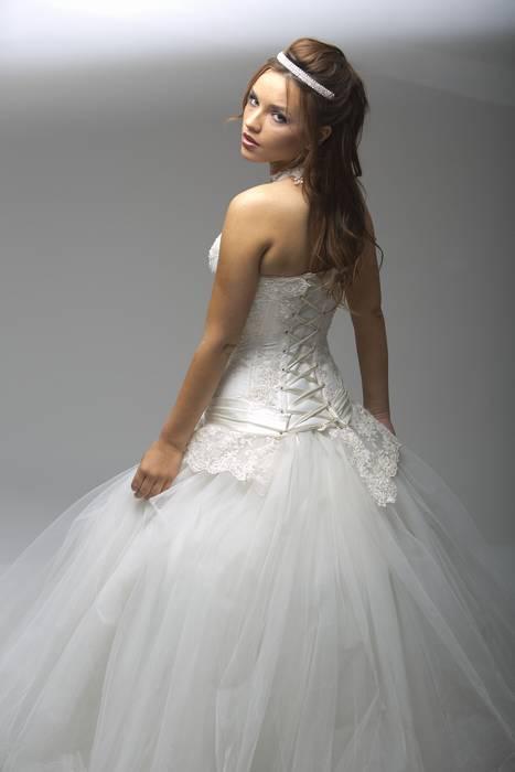 שמלת כלה נפוחה עם מחוך