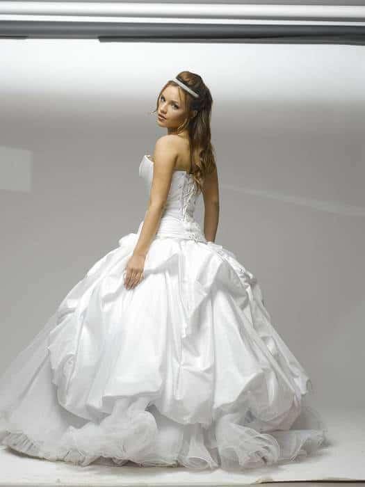 שמלת כלה נפוחה עם כתפיים חשופות