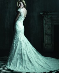 שמלת כלה צמודה עם שובל