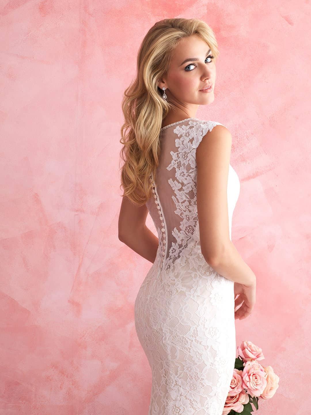 שמלת כלה עם תחרה בגב