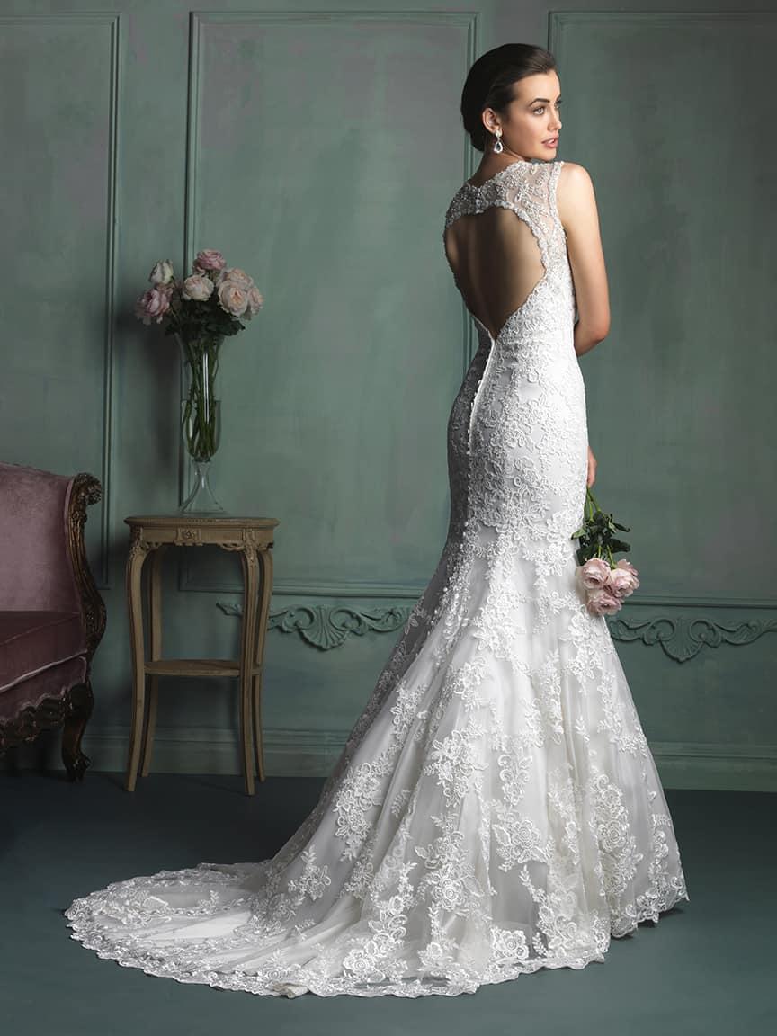 שמלת כלה עם גב חשוף ושובל