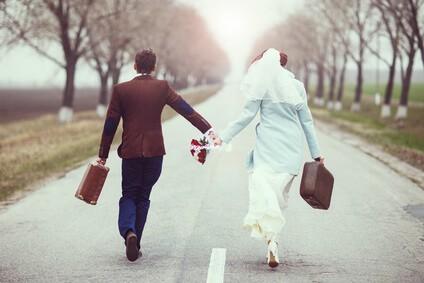 זוג אחרי חתונה עם מזוודות