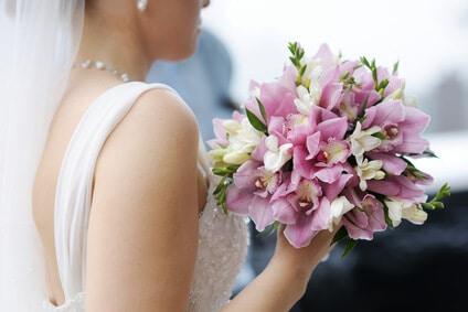 כלה עם זר פרחים
