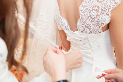 כלה מתלבשת לקראת החתונה