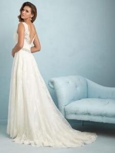 שמלת כלה מתחרה עם גב פתוח ושובל