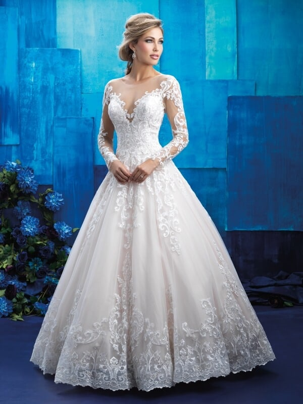 שמלת כלה נפוחה עם עיטורי תחרה