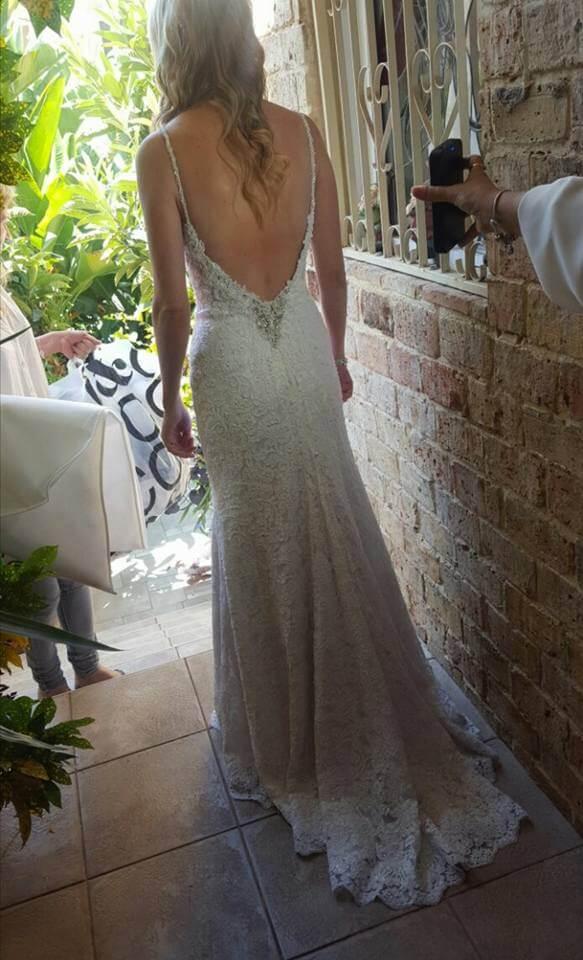 שמלת כלה גב חשוף עם שובל