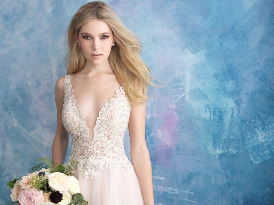 שמלת כלה עם חיתוכים עמוקים