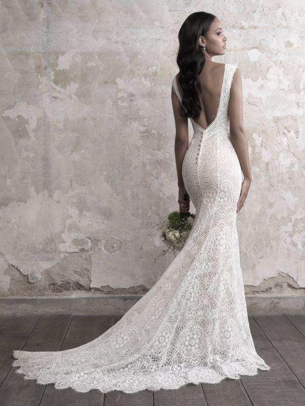 שמלת כלה עם מחשוף אחורי עמוק