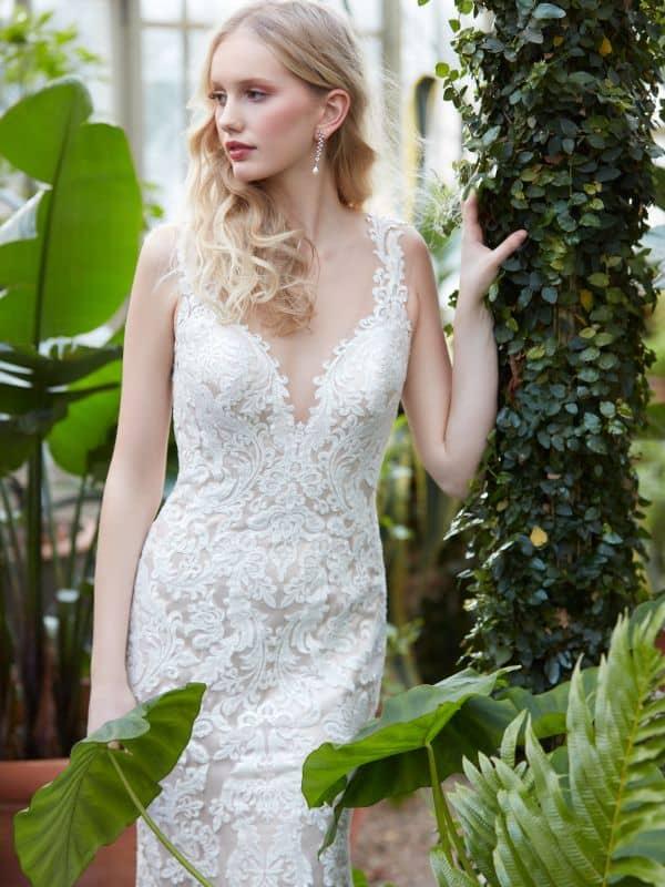 שמלת כלה עם מחשוף V קדמי