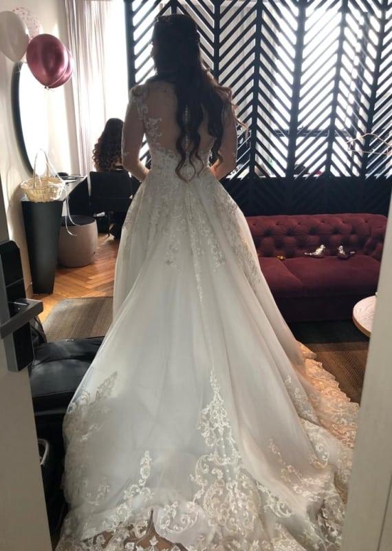 שמלת כלה עם רומנטית עם שובל ארוך