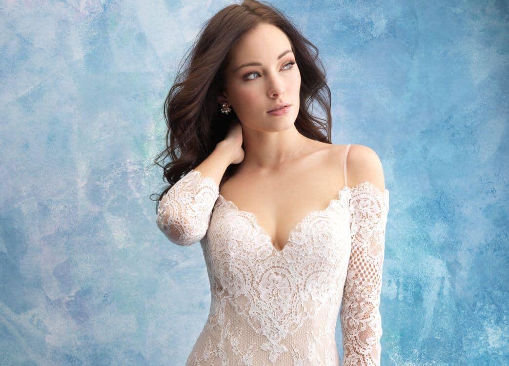 שמלת כלה מתחרה עם כתפיים חשופות ושרוול ארוך