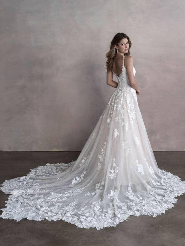 שמלת כלה עם שובל ארוך