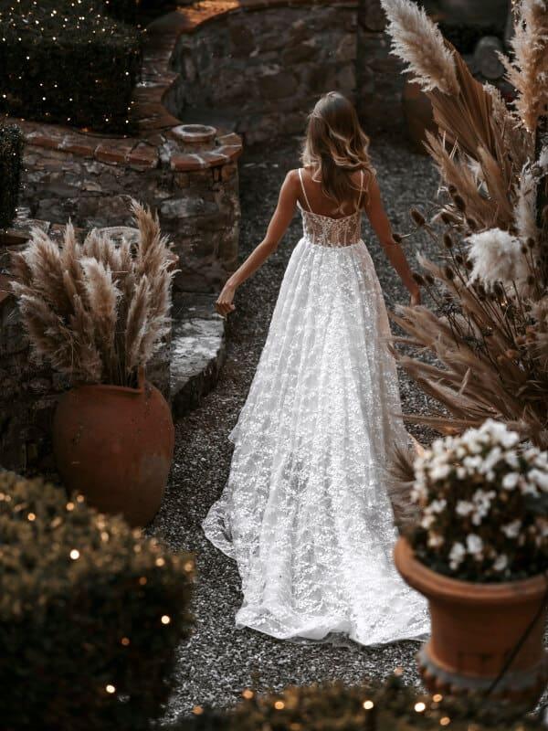 שמלת כלה עם שובל תחרה